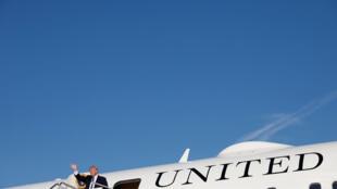 El presidente de Estados Unidos, Donald Trump, al salir del avión presidencial en Maryland, el 24 de septiembre de 2017.