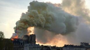 O fumo invadiu o céu de Paris a 15 de Março de 2019, durante o incêndio na Catedral de Notre-Dame.