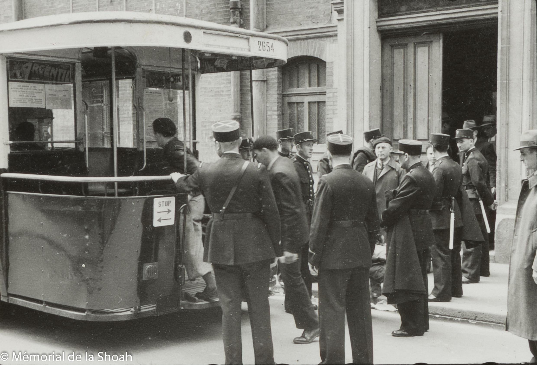 183.9.Rafle billet vert_Gymnase Japy, Paris-14 mai 1941_hommes arrêtés quittent le gymnase en bus pour la gare d Austerlitz (c) Mémorial de la Shoah