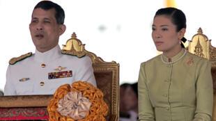 Vương phi Srirasmi bên cạnh chồng thái tử Thái Lan Vajiralongkorn trước khi các vụ bê bối gia đình nổ ra.