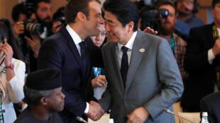 Ảnh minh họa: Tổng thống Pháp Emmanuel Macron (t) Shinzo Abe (p) tại thượng đỉnh G7 ở Taormina (Ý) ngày 27/05/2017.