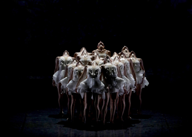 « Le lac des cygnes », chorégraphie : Angelin Preljocaj.  © JCCarbonne