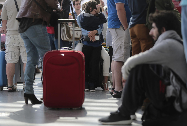 Passageiros esperam por trens na Gare de Lyon em Paris, neste domingo.