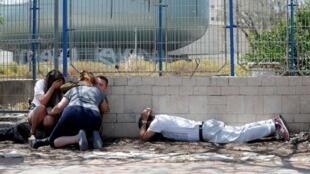 برخی شهروندان اسرائیلی که در واکنش به حملات راکتی حماس و جهاد اسلامی پناه گرفتهاند.