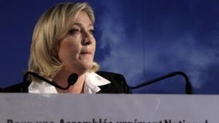 Marine Le Pen fait sa rentrée en durcissant le ton.