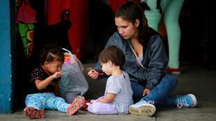 Một gia đình di dân Venezuela chờ qua cửa khẩu giữa Ecuador và Peru ở Tumbes, Peru, ngày 24/08/2018.