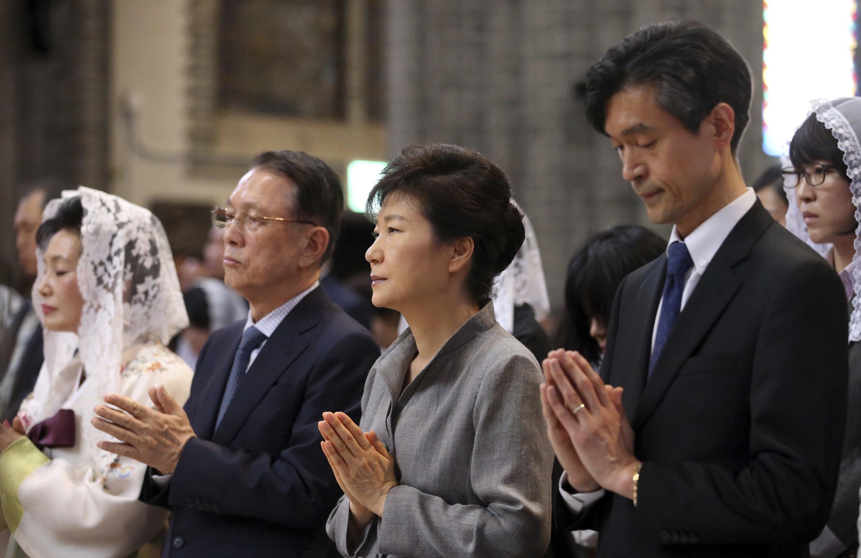 Tổng thống Hàn Quốc Park Geun Hye (thứ 2 từ phải qua) dự lễ tưởng niệm các nạn nhân tại Nhà thờ Seoul, ngày 18/05/2014