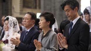 Tai nạn phà Sewol gây chấn động chính trị tại Hàn Quốc. Trong ảnh, Tổng thống Hàn Quốc Park Geun Hye (thứ 2 từ phải qua) dự lễ tưởng niệm các nạn nhân tại Nhà thờ Seoul, ngày 18/05/2014