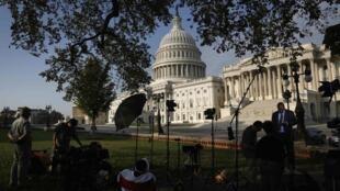 Съемочные группы телеканалов дежурят у здания Капитолия 04/10/2013