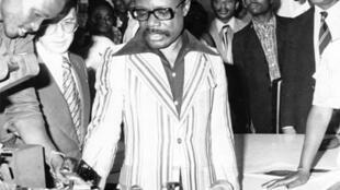 Le président Omar Bongo assiste au lancement du journal Akassi.