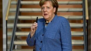 A chanceler alemã, Angela Merkel, ao chegar para as negociações na sede do Partido Social Democrata (SPD), em Berlim, neste domingo (4).