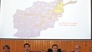 Le ministre des Mines afghan, Waheedullah Shahrani (C) avait annoncé le 17 juin 2010 à Kaboul le lancement en août ou en septembre d'un appel d'offres auprès des compagnies pétrolières pour l'exploitation des gisements du bassin de l'Amou-Daria.