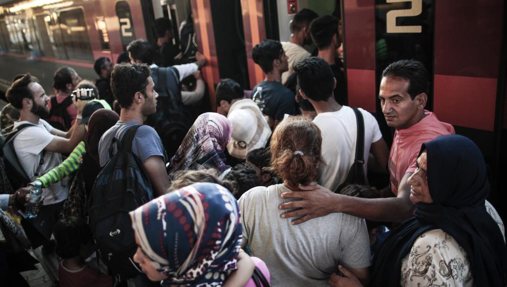 Wahamiaji wanabadili treni baada ya kuwasili katika mji wa Budapest, wakielekea Ujerumani, Jumatatu, Agosti 31, 2015.