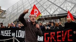 Бастующие перед входом в пирамиду Лувра. 17.01.2020