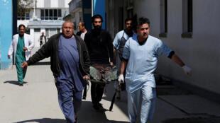 Врачи эвакуируют пострадавших в теракте, Кабул, 21 марта 2018 года.