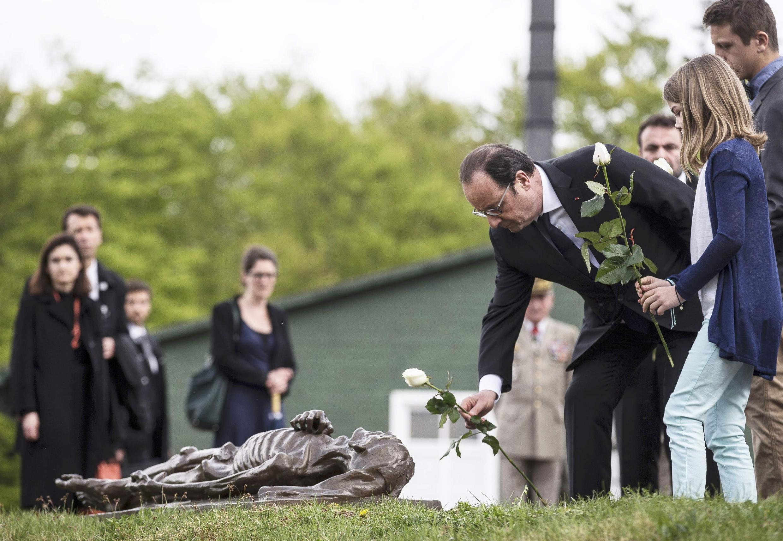 Presidente francês, François Hollande, deposita flor em homenagem às vítimas do campo de concentração nazista de Natzweiler-Struthof, o único instalado na França.