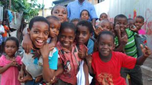 Dans le bidonville de Kawéni, les enfants sont partout. A Mayotte, plus de la moitié de la population a moins de 25 ans.