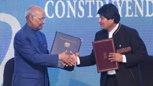 Poignée de main entre les présidents indien Ram Nath Kovind (g) et bolivien Evo Morales après la signature d'un accord à Santa Cruz, en Bolivie, le 29 mars 2019.