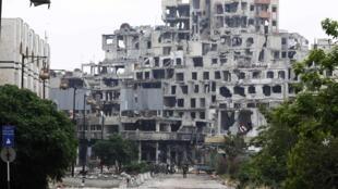 Forças de Damasco tomam o controle da cidade de Homs, totalmente destruída após mais de três anos de guerra.