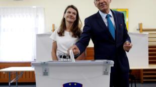 Le candidat conservateur Janez Jansa vote lors des élections législatives en Slovénie, le 3 juin à Velenje.
