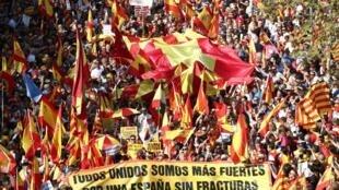 Le cortège de manifestants en faveur de la coexistence en Catalogne et de la fin du séparatisme, à Barcelone, le 27 octobre 2019.