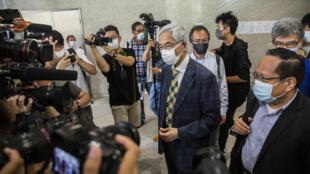 El exlegislador y abogado Martin Lee (centro) llega al tribunal de West Kowloon, en Hong Kong, el 1 de abril de 2021