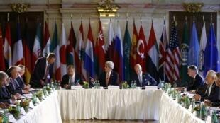 Cuộc họp tại Vienna về Syria : các Ngoại trưởng Nga Sergei Lavrov (T) và  Mỹ, John Kerry (G) và đặc sứ LHQ Staffan de Mistura (P),  ngày 17/05/2016.