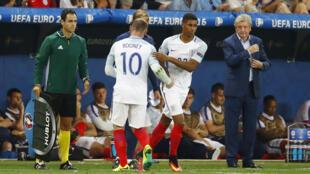 Aliyekuwa kocha wa timu ya taifa ya Uingereza, Roy Hodgson, mwenyesuti akitazama mchezaji wake Wyne Rooney wakati wa fainali za Euro 2016 nchini Ufaransa.