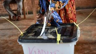 Une femme vote à Ciri, dans le nord du Burundi, à l'occasion du référendum constitutionnel, le 17 mai 2018 (image d'illustration).