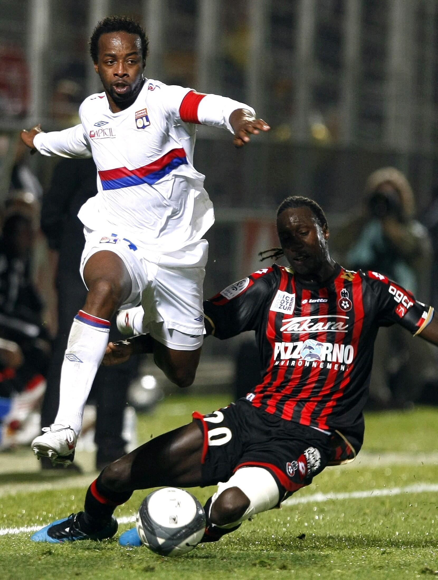 Le Lyonnais Sidney Govou face à Nice.