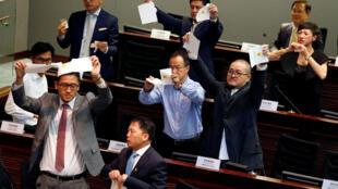 2016年10月12日香港新一届立法会首日会议选举立法会主席时,泛民主派议员撕毁选票以示抗议。