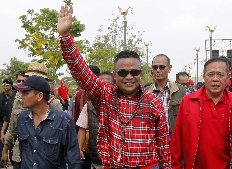 """Ông Jatuporn Prompan, thủ lĩnh phe """"Áo đỏ"""" cùng đoàn người biểu tình ủng hộ chính phủ hiện thời của nữ Thủ tướng Thái Yingluck Shinawatra tại tỉnh Nakhon Pathom, ngày 05/04/2014."""
