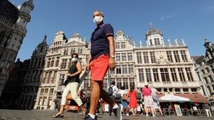 Passants portant des masques sur la Grand Place de Bruxelles, en Belgique, le 15 septembre 2020 (photo d'illustration).