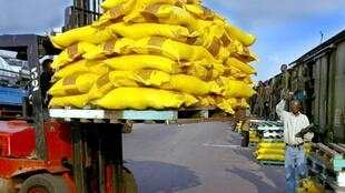 Chargement de marchandise dans un train de marchandises au port autonome d'Abidjan.