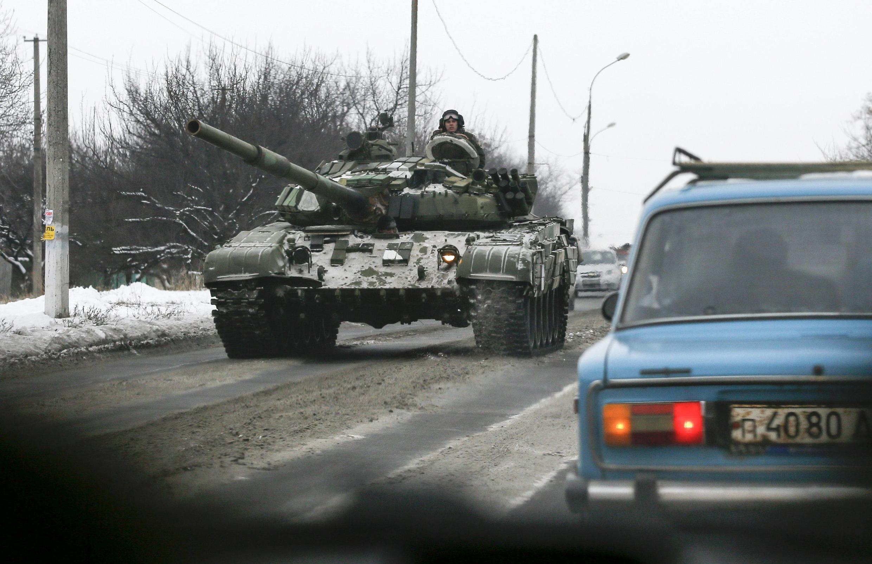 Blindados pró-russos em Khartsyzk, oeste de Donetsk. 7 de dezembro de 2014
