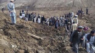 Moradores de aldeia situada no distrito de Argo na pronvícia de Badakhshan após deslizamento de terra.