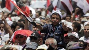 Praça Tahrir foi invadida por milhares de manifestantes, inclusive membros da Irmandade Muçulmana, em protesto contra o governo no Egito.