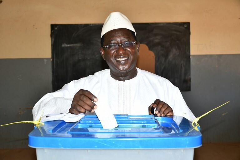 Opposition candidate Soumaïla Cissé, in traditional dress, voting in Niafounke during the 2018 Malian presidential elections.