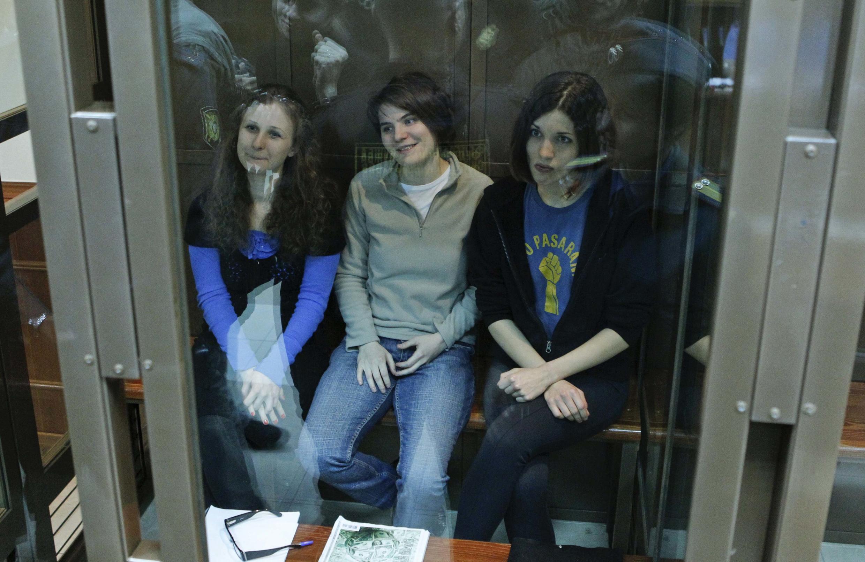 Tribunal de Moscou onde as três cantoras do grupo de rock Pussy (da esq. para direita:  Maria Alyokhina, Yekaterina Samutsevich e Nadezhda Tolokonnikova)  foram condenadas a dois anos de prisão após apresentar uma canção anti-Putin na Catedral de Moscou.