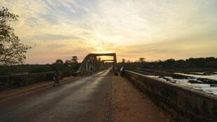 (illustration) Pont sur la rivière Corubal.