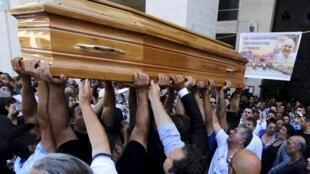 Povo carrega o caixão de Vittorio Casamonica no subúrbio de Roma.