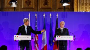 جان کری، وزیر امور خارجه ایالات متحده آمریکا و ژان-مارک اِرو، وزیر امور خارجه فرانسه در کنفرانس مطبوعاتی در پاریس. ۲۰ آذر/  ١٠ دسامبر ٢٠۱۶