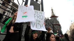 Manifestantes pro aborto frente al Congreso argentino en Buenos Aires el 3 de junio de 2018.