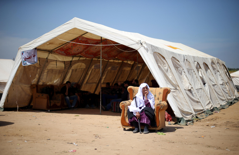 Vieille femme devant une des tentes dressées pour l'opération Grande Marche du retour, le 2 avril 2018. Une marche qui doit se poursuivre jusqu'à la mi-mai, date anniversaire de la Nakba.
