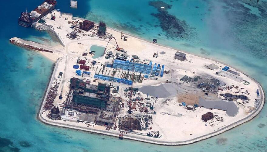 Đảo đá Gạc Ma (Johnson Reef) chụp từ vệ tinh cho thấy các công trình cải tạo của Trung Quốc.