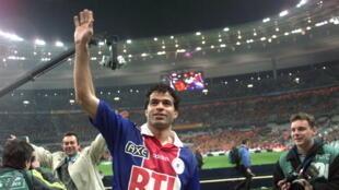 Le capitaine parisien, Rai, salue le public à l'issue de la victoire du PSG en finale de la Coupe de France le 2 mai 1998 à Saint-Denis
