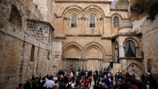 تجمع زائران و گردشگران پشت در بسته کلیسای مقبره مقدس