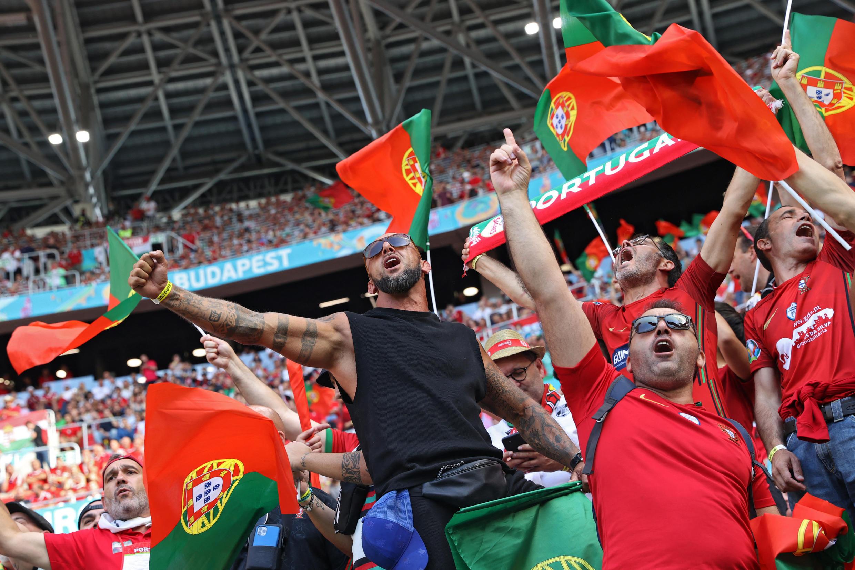 Adeptos portugueses nas bancadas do Estádio Ferenc-Puskás em Budapeste, na Hungria.