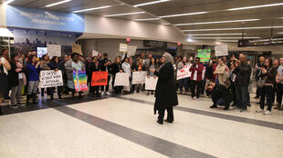Protesto contra o decreto anti-imigração de Trump no aeroporto de Houston, Texas.