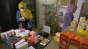 Des pharmaciens bénévoles trient les médicaments donnés par les habitants dans un petit centre de traitement du district de Shambat, dans le nord de Khartoum, le 18 juin 2020, dans un contexte de pénurie aiguë de médicaments au Soudan.
